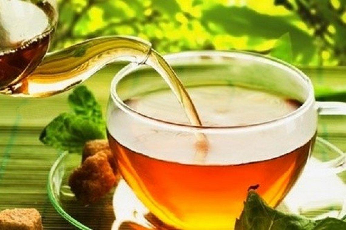 Meglio l'acqua minerale per preparare il miglior tè per la nostra salute