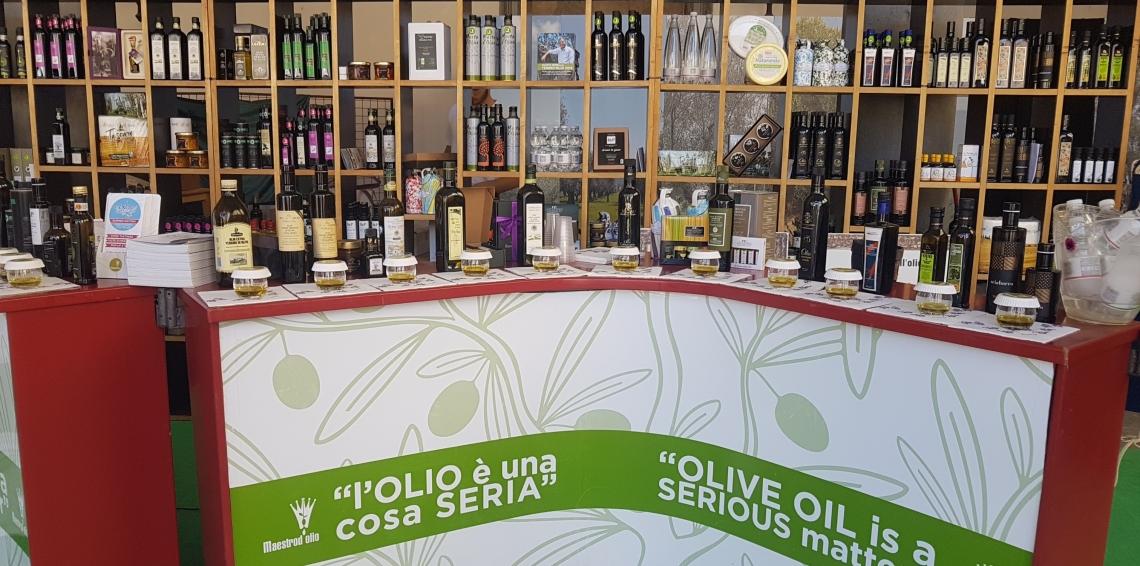 L'assaggio comparato dell'olio extra vergine d'oliva è il segreto per svuotare le cisterne