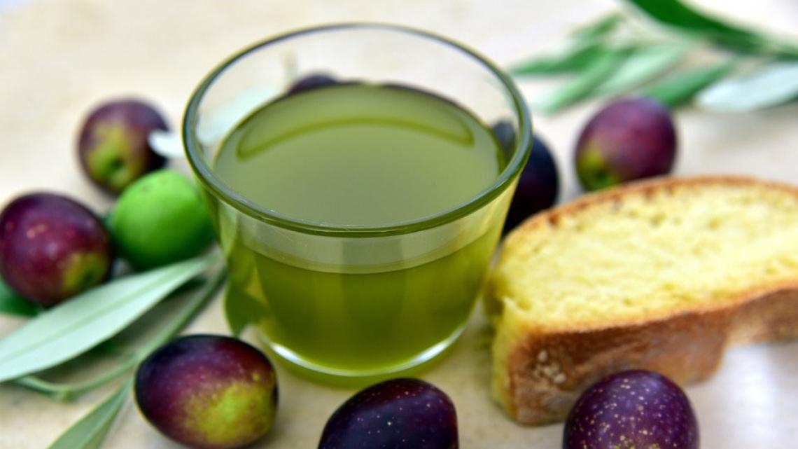 Due italiani su tre non rinunciano all'olio extra vergine d'oliva
