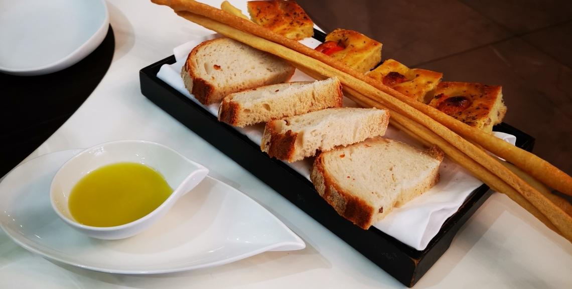 Guadagnare con l'olio extra vergine di oliva nei ristoranti: tutti su Facebook a imparare