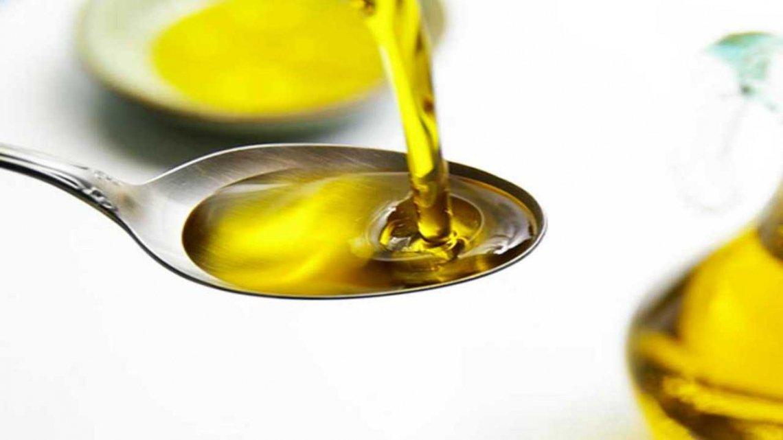 Un cucchiaio di olio extra vergine di oliva a digiugno risveglia l'intestino