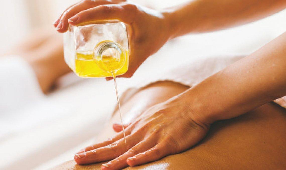 L'extra vergine d'oliva per la preparazione di un olio da massaggio
