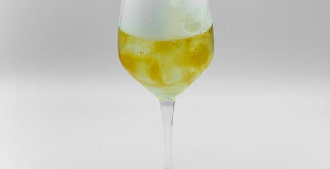 Bere l'olio extra vergine di oliva, gustandolo e divertendosi