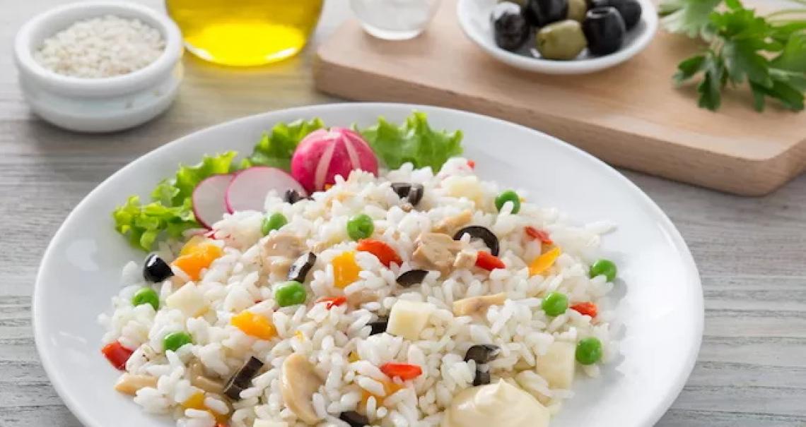 Mai l'insalata di riso senza il giusto olio extra vergine di oliva