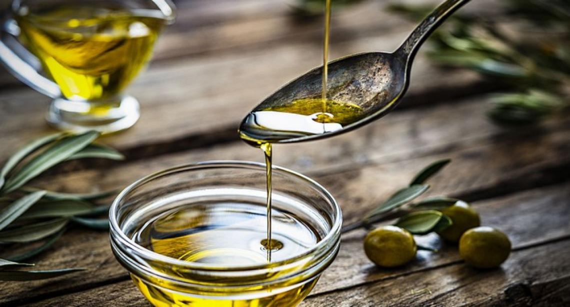 L'olio extra vergine d'oliva che pizzica in gola fa bene contro steatosi epatica e sindrome metabolica