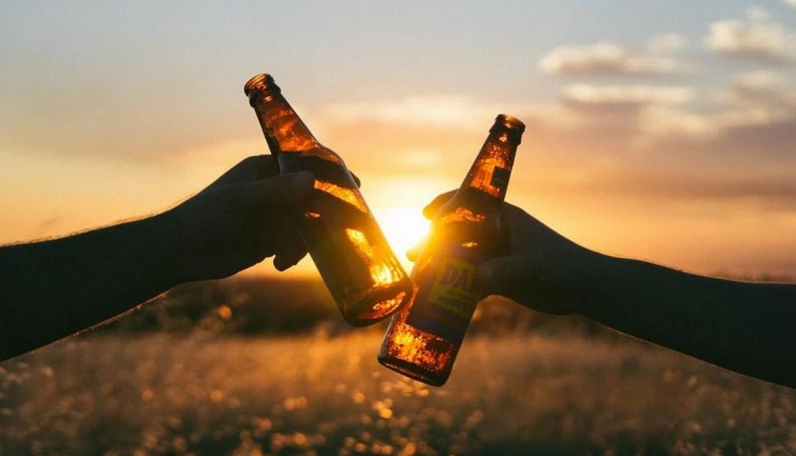 Cena a casa e dopocena con gli amici: la birra resta protagonista