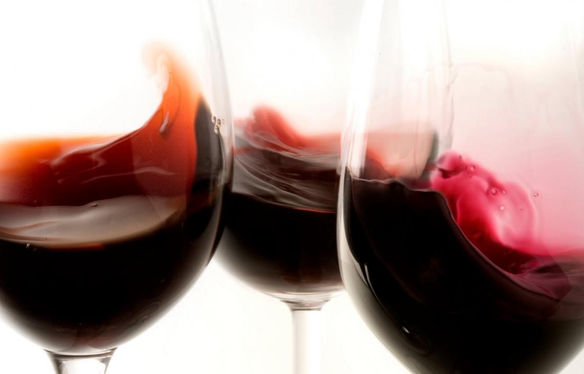 Il 51,8% del vino nelle cantine è a denominazione d'origine, con una prevalenza del rosso