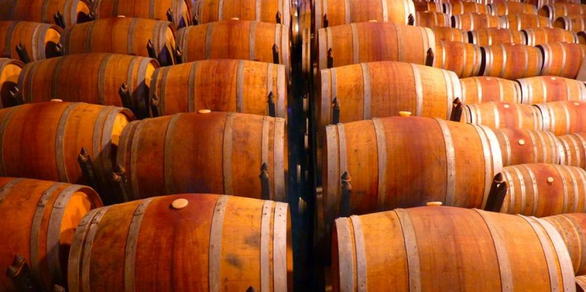 I composti di cumarina delle botti di rovere contribuiscono al gusto amaro nel vino e nei liquori