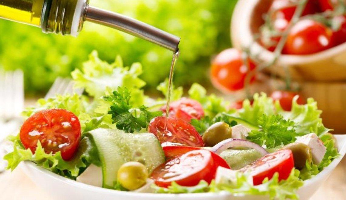 Giocare con insalata e olio extra vergine di oliva, cambiando abbinamenti e gusti