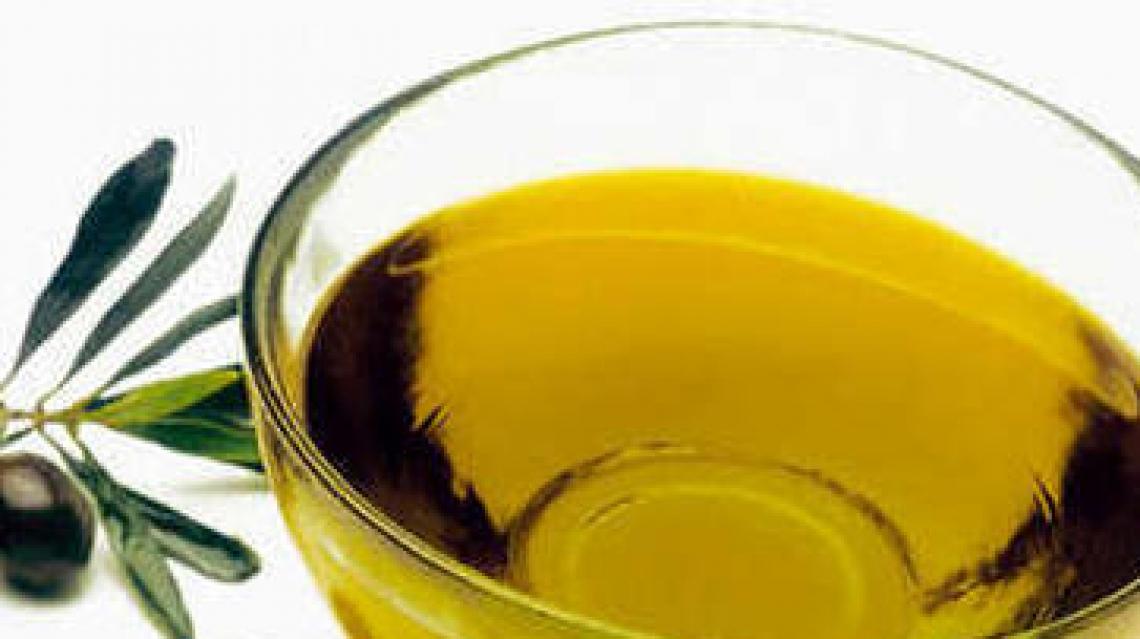Il neonato Consorzio per l'olio Dop Terre Aurunche nelle mani di una donna