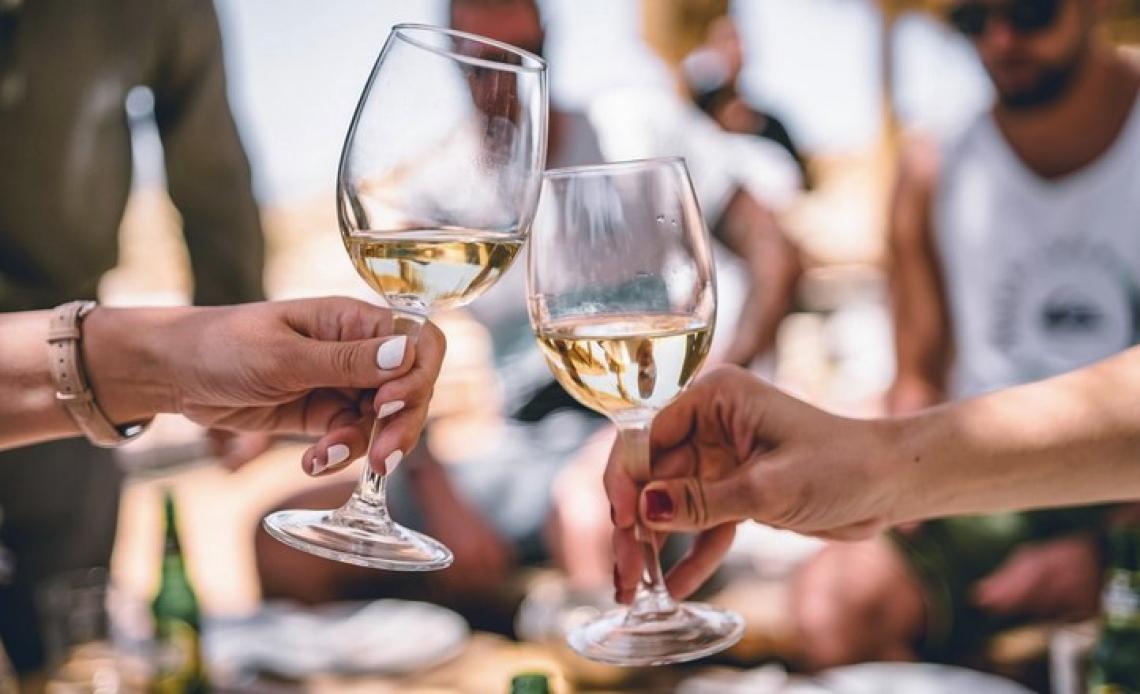 Retromarcia della Lombardia sul divieto di vendita di vino e alcolici dopo le ore 18