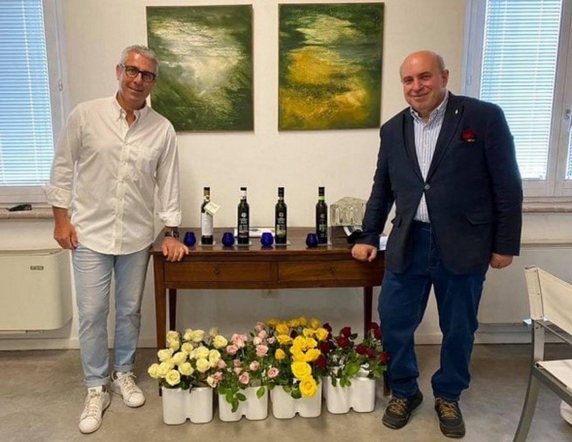 Le rose si abbinano all'olio extra vergine di oliva per un'esperienza sensoriale indimenticabile