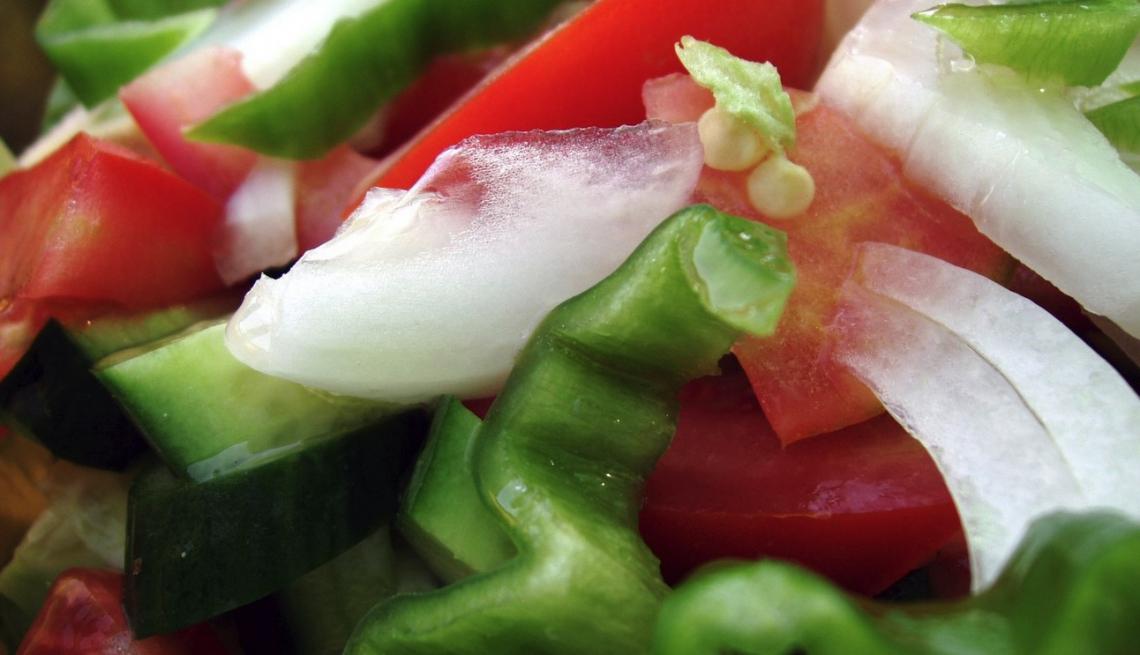 L'insalata di frutta e verdura va condita con olio extra vergine d'oliva