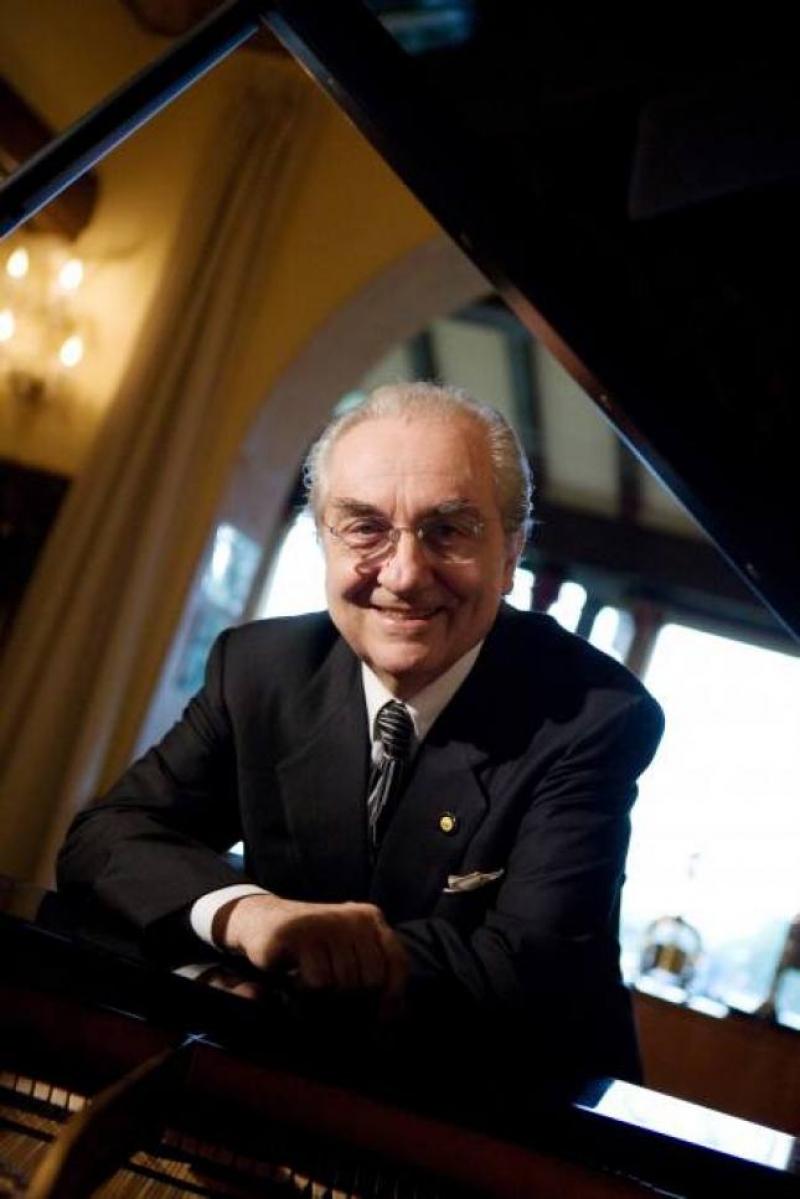 Passione per la musica. Gualtiero Marchesi accanto al pianoforte